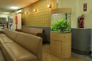 病院の待合室に60㎝の円柱型水槽を設置