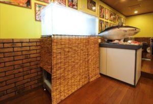 居酒屋店内に活気をもたらす活魚水槽を設置